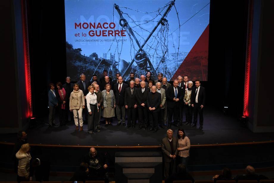 Au terme de la projection au théâtre Princesse Grace, le souverain a rejoint une partie des témoins du film présents sur scène.