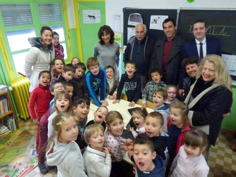 Les enfants, entourés de leur enseignante, la directrice de l'école Nathalie Rocchia, Marc Albesiano, Gauthier Tarin responsable de l'agence de Tende et des représentants de la Caisse locale ont dit : «Merci !»