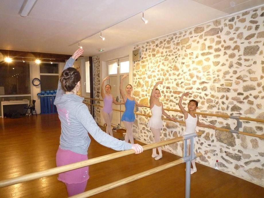 Camille, en professeur attentive, prodigue ses conseils aux jeunes danseuses, à l'approche du concours du mois d'avril.