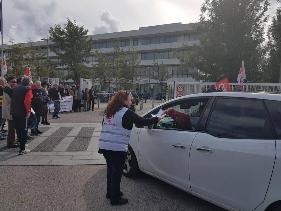 Une centaine de personnes s'est rassemblée hier, aux abords de l'hôpital Ste-Musse.