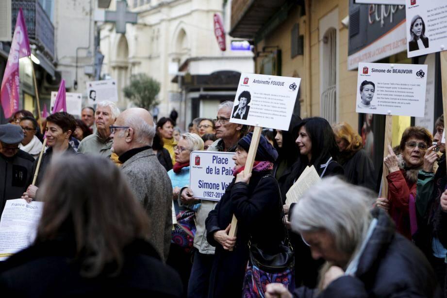 Une cinquantaine de personnes a défilé dans les rues du centre-ville pour défendre le droit des femmes.