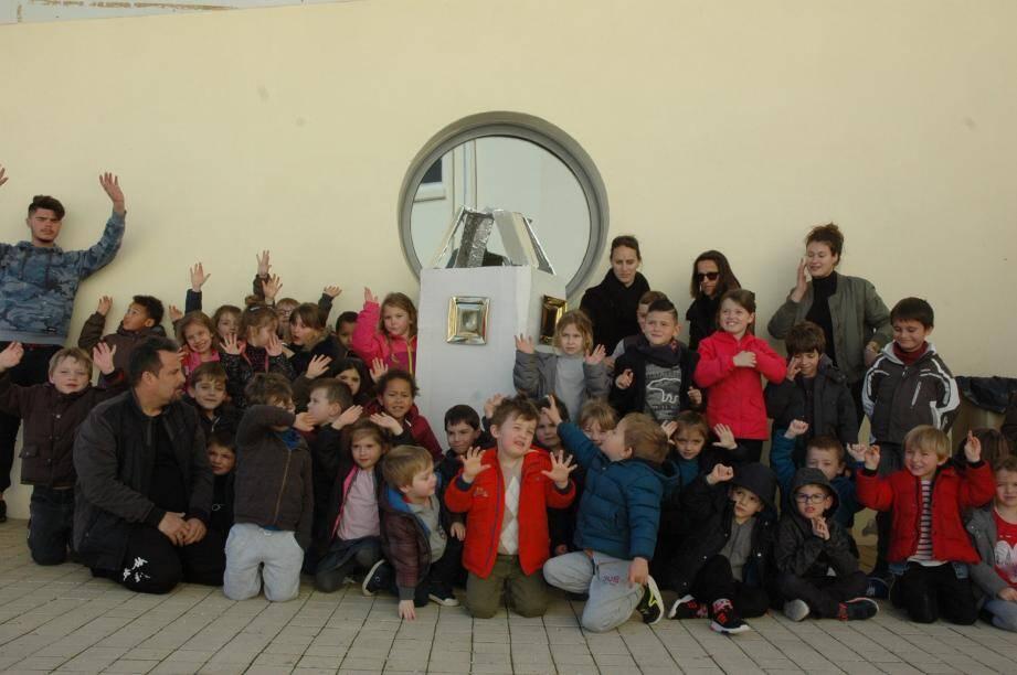 Le Centre de Loisirs à l'école Jean Jaurés, les enfants et leur fusée.