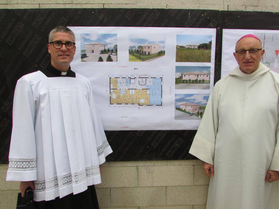 Le père Antoine Michel, curé de la paroisse de La Crau-La Moutonne, a présenté les perspectives de la maison paroissiale à Monseigneur Rey ainsi qu'aux fidèles.