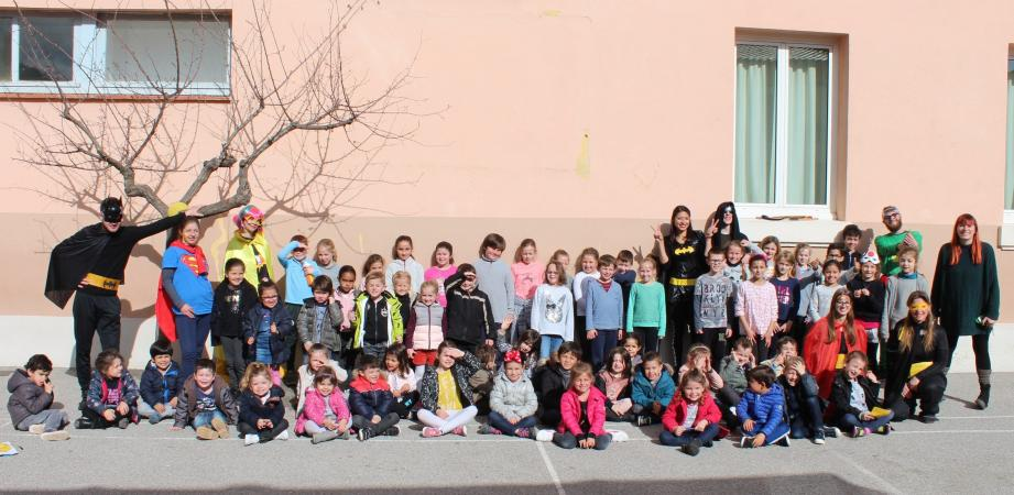 Les enfants de 3 à 10 ans encadrés par toute l'équipe des animateurs emmenée par leur directrice Anaïs Cucciarre,  à droite.