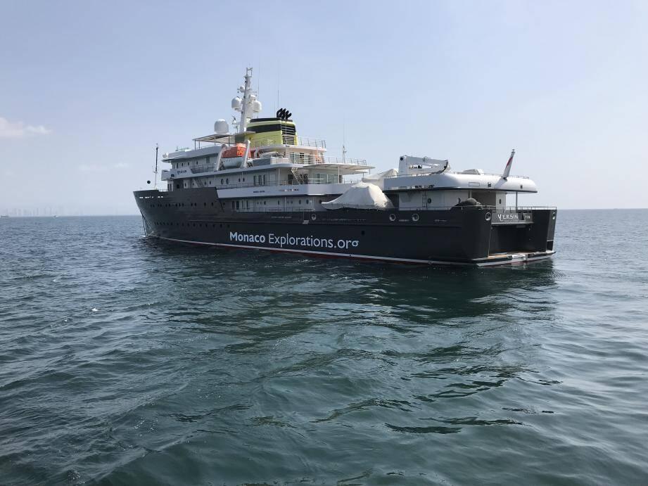 Le Yersin vogue vers l'île colombienne de Malpelo.