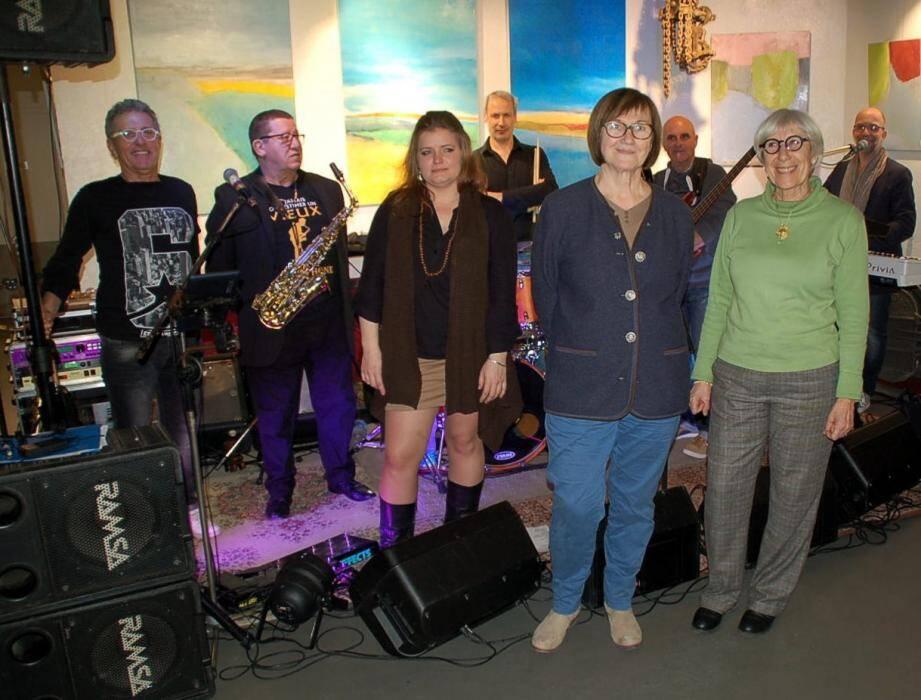 Le groupe cadiéren Catalyst a réalisé une prestation emballante. Au premier plan, la chanteuse Fanny et les peintres Martine Ambille et Lydia Berken-Grisot.