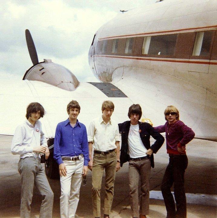 Durant l'été 1966, tournée américaine en DC-3, un vieux coucou peu rassurant de la Seconde Guerre mondiale, avec Jimmy Page et Jeff Beck.
