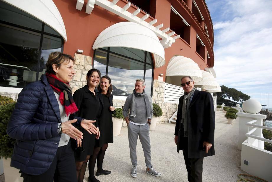 L'équipe autour de Danièle Garcelon et du chef Paolo Sari, en pleins préparatifs.