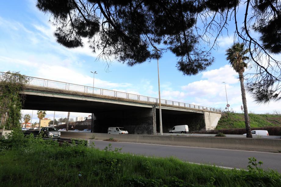 Le pont de Tombadou qui permet de relier Sainte-Musse à La Valette sera démoli en une nuit. Au petit matin, les automobilistes circuleront sur le nouvel ouvrage construit entre-temps.
