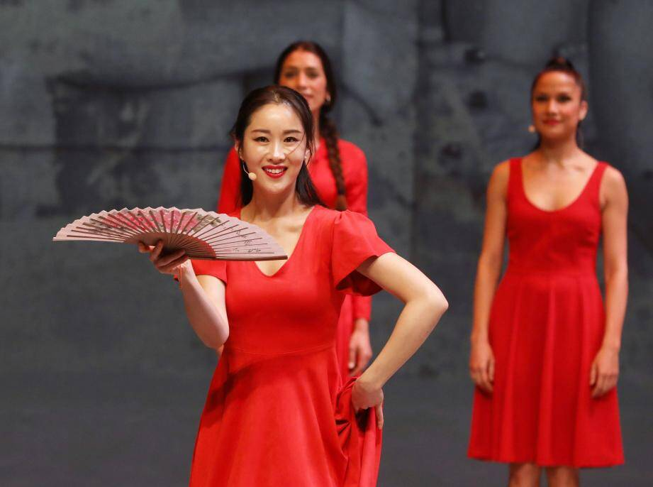 Carmen est interprétée par des danseuses différentes tout au long du spectacle.