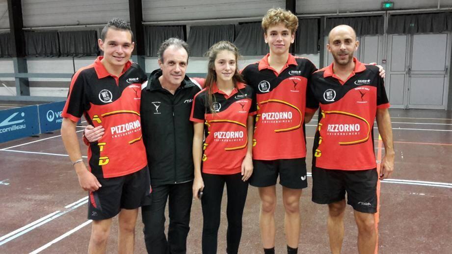 Le team fanion de l'ATT Dracénie aux côtés du président du club, Didier Sandrini.