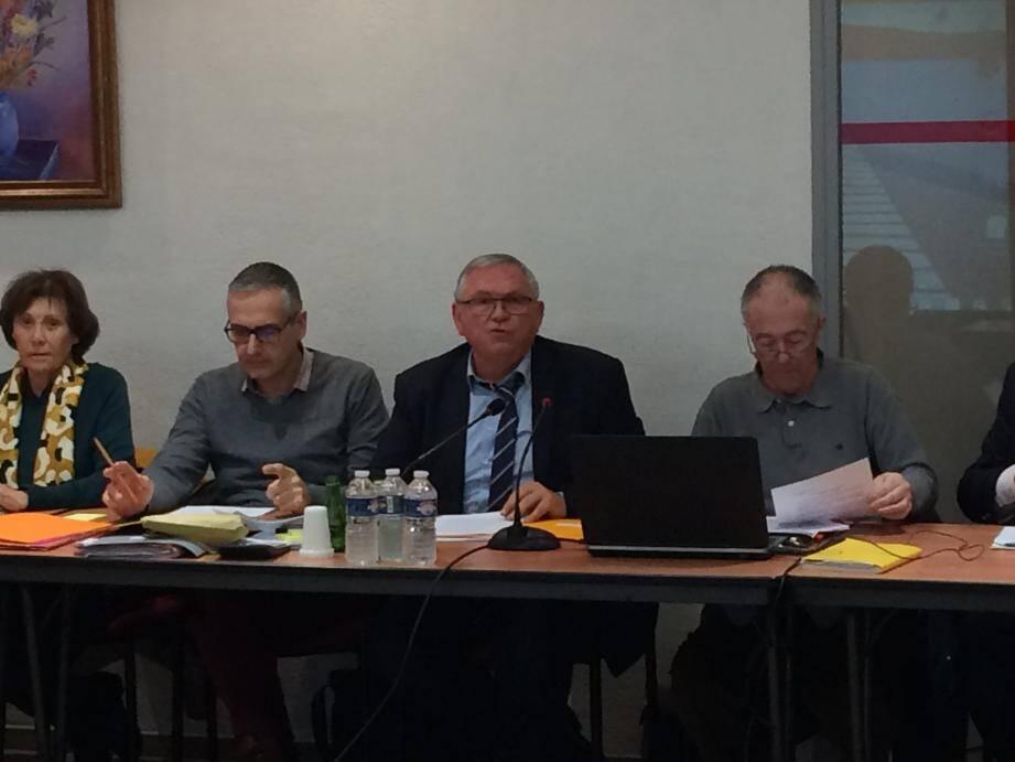 Alain Ballester, l'adjoint aux finances (à droite) a présenté le rapport d'observation budgétaire.
