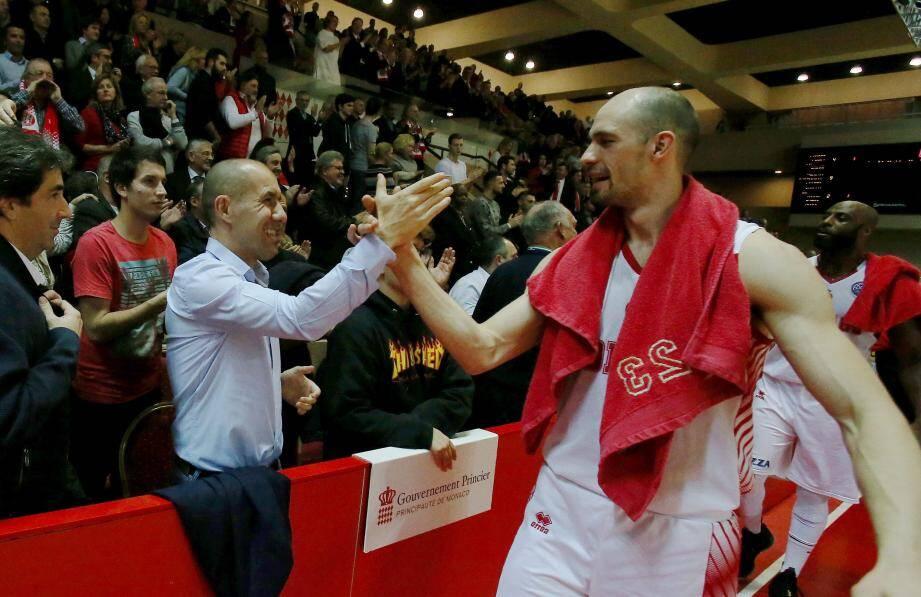 Sergii Gladyr et l'ASM Basket félicités après la rencontre par Leonardo Jardim, l'entraîneur de l'ASM Football venu en supporter... La Roca Team n'a pas raté son rendez-vous européen !