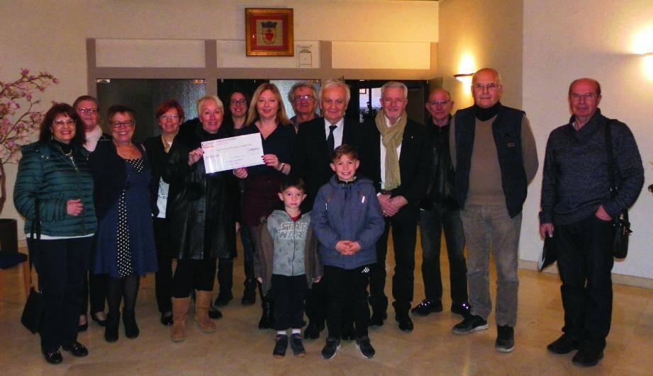 Entourée des associations, Gisèle Bergaire reçoit des mains de Lucie Ronchieri, adjointe, et de Paul Boudoube, un chèque de 5 179,50 €.