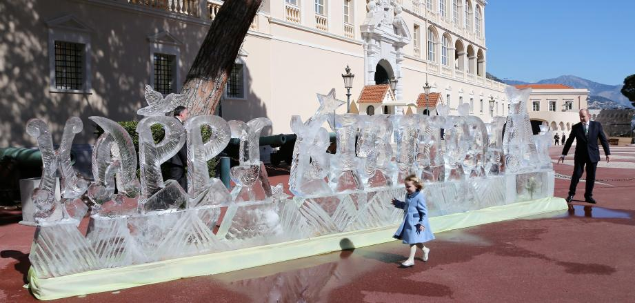Complicité hier matin entre le souverain et ses enfants, découvrant la sculpture de glace signée Mario Amégée.