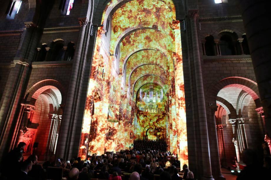 Le spectacle présenté hier soir a transformé la nef de la cathédrale en théâtre pour un spectacle unique, son et lumière.