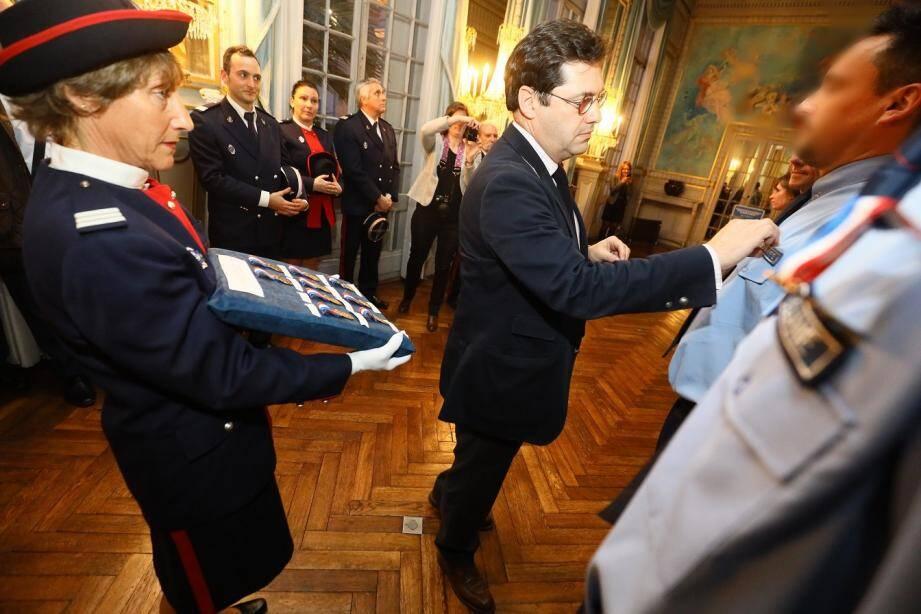Les douanes de Menton ont débuté l'année 2018 avec une découverte spectaculaire d'une valeur de plus  de trois millions d'euros. Le préfet Georges-François Leclerc a souhaité les récompenser.