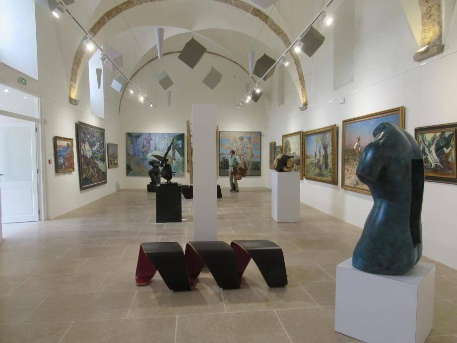 Le centre d'Art La Falaise propose une exposition pluridisciplinaire.