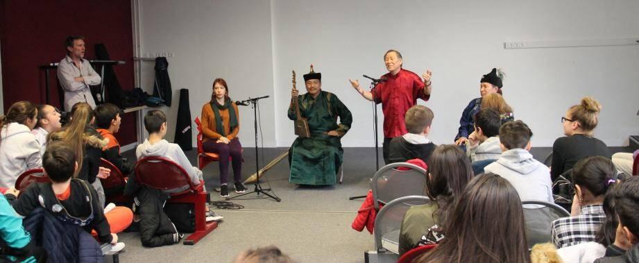 Les jeunes collégiens ont découvert un chant, le khoomei.
