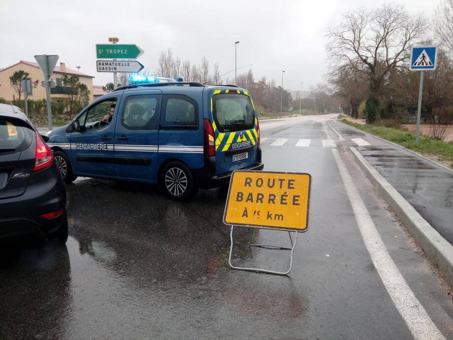 La route RD98A a été fermée par les gendarmes.