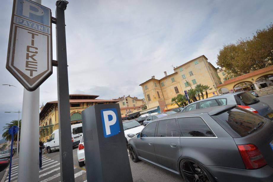 « Après plus d'un mois de mise en œuvre, la commune a constaté des aléas dans le traitement des paiements et souhaite mettre en place un FPS de 17 euros sans possibilité de minoration », indique le conseil municipal mentonnais. à Nice, le FPS s'élève à 16 euros.