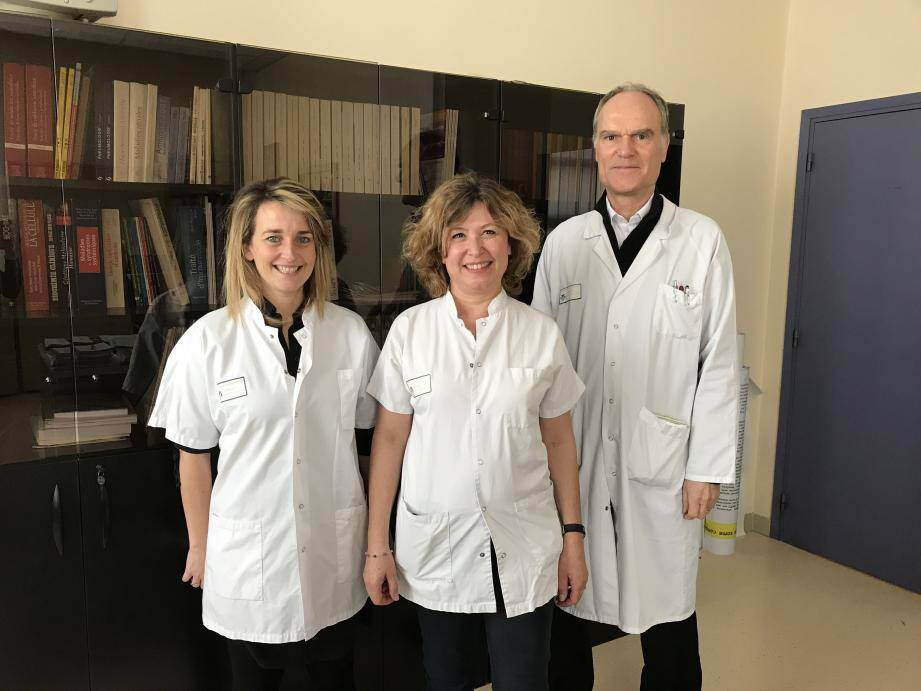 Le Dr Barbara Seitz-Polski ; Sophie Mougel, l'infirmière coordinatrice du programme d'éducation thérapeutique, et le Pr Vincent Esnault, chef du service de néphrologie.