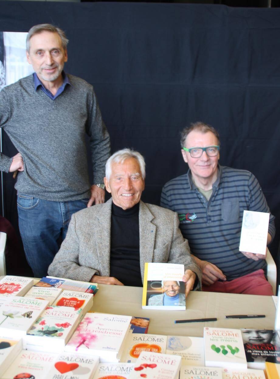Autour de Jacques Salomé, Jean-Claude Junin et José Sitjas de l'association passeurs de livres.