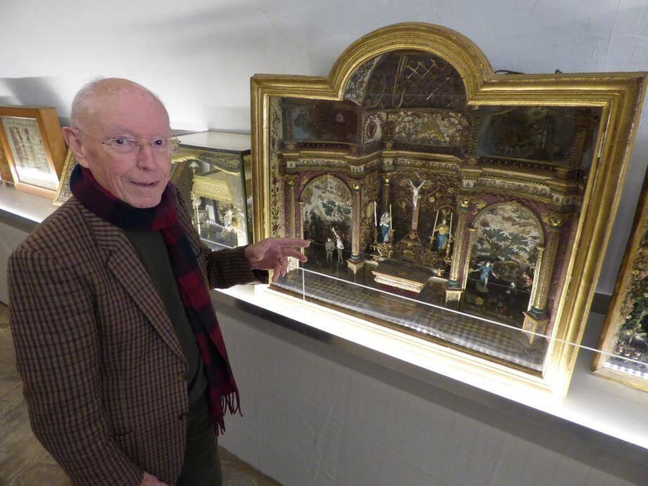 Jacques Chave devant un diorama de type «autel»