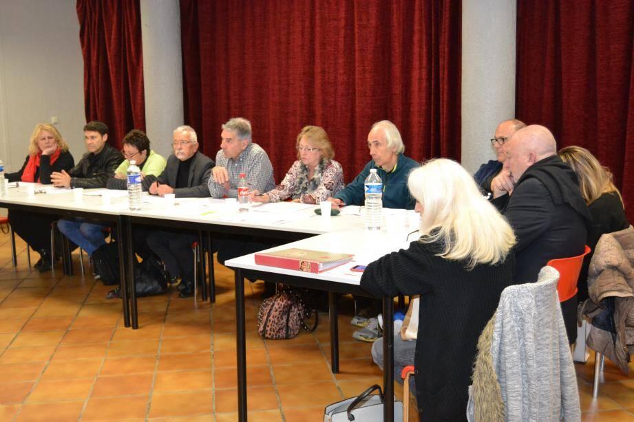 Après la démission de Philippe K'varec, tête de liste Agir ensemble, Frédéric Jeanroy (2e à droite, de profil, sur la photo) devient conseiller municipal dans l'ordre du tableau.