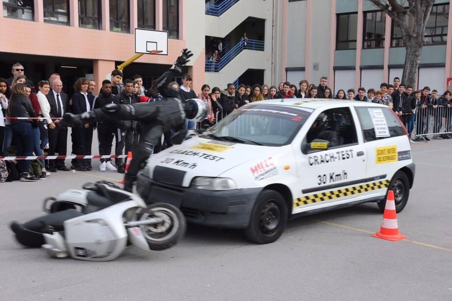 Les élèves de troisième ont assisté dans la cour du collège à un choc d'une voiture à plus de 30 km/h avec un motard.