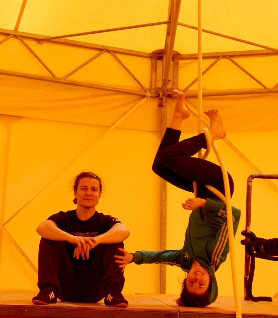Sarah Duvaux et Damien Droin créent « Open cage », une pièce de cirque et théâtre, physique et poétique.
