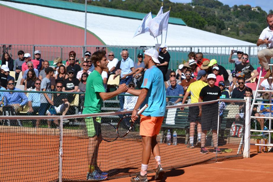 Le vainqueur de l'édition 2017, Corentin Moutet (à gauche) félicite le finaliste malheureux, Alexandre Muller (à droite).(DR)