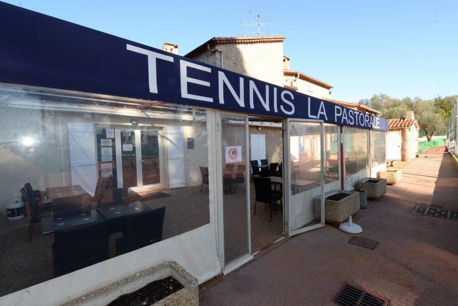 La salle de restauration des tennis la Pastorale avec vue sur les courts est idéale pour ce genre d'activités.