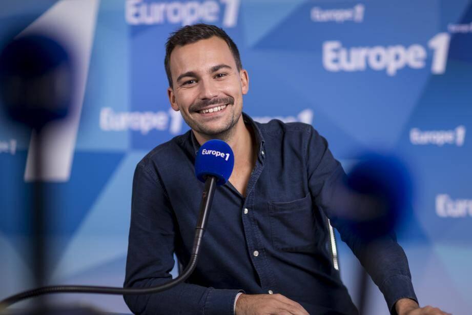 Bertrand Chameroy a fait ses études de journalisme à l'IUT de Nice Sophia Antipolis, à Cannes.