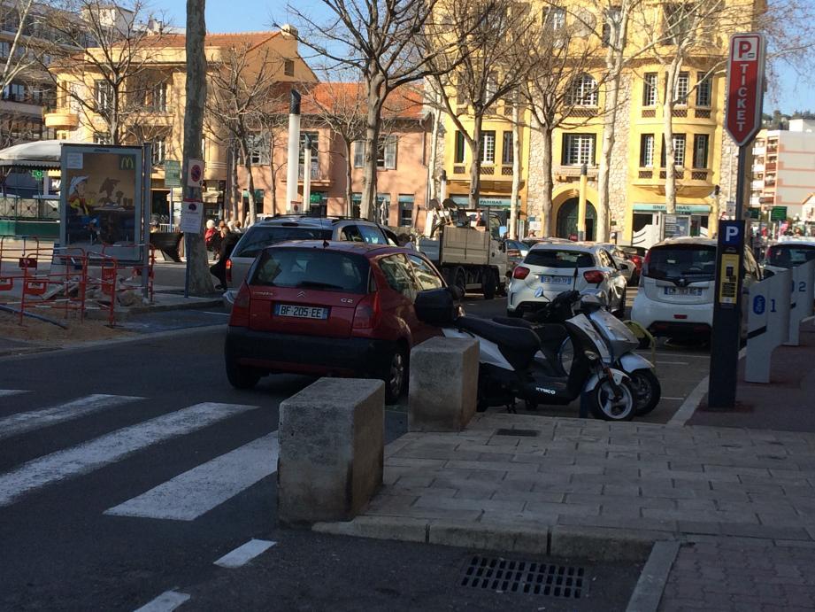 Les commerces du centre-ville ont-ils été victimes de la nouvelle politique du stationnement ? Pour certains clients, c'est le début de la fin. La mairie dit exactement le contraire.