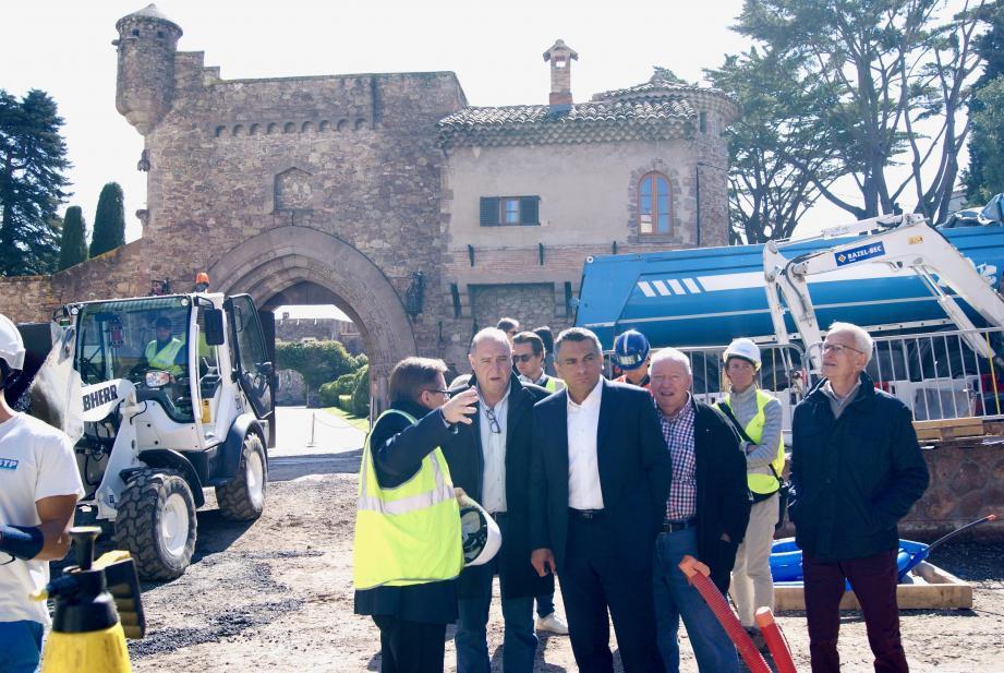 Le maire Sébastien Leroy entouré d'élus, échange avec les responsables du chantier lors de sa visite place du Château.
