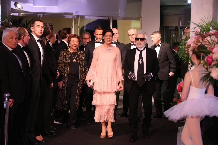 Ils ont imaginé cette soirée et son décor ensemble... Alors la princesse de Hanovre et son ami le couturier Karl Lagerfeld ont fait une arrivée commune.