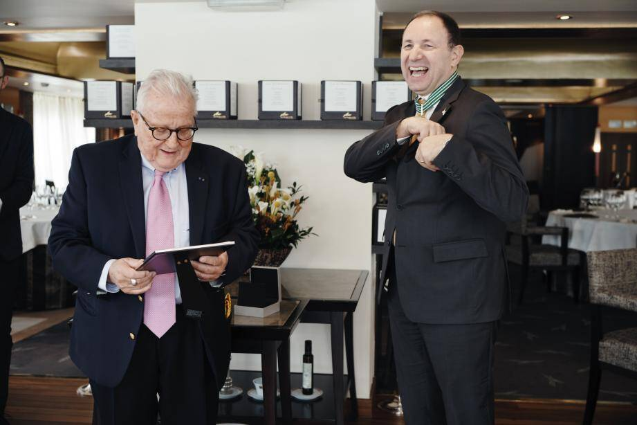 Alessandro Cresta (à droite), très heureux de cette distinction que lui a remise le président de l'Office des vins vaudois, Pierre Keller .(DR)