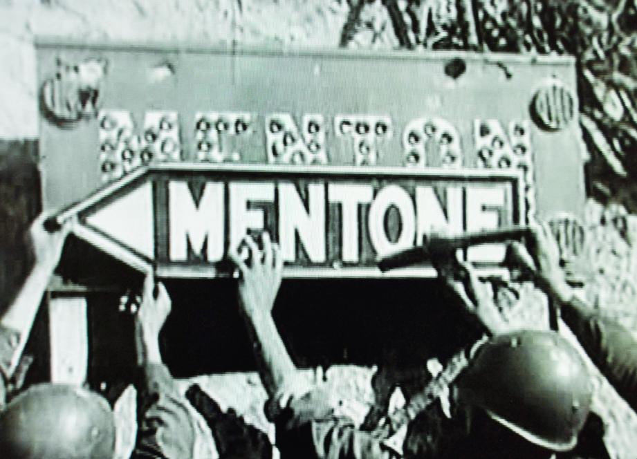 Pendant la Seconde Guerre mondiale, la ville de Menton a été annexée par les Italiens. En témoigne le changement de la plaque d'entrée de la cité en italien...