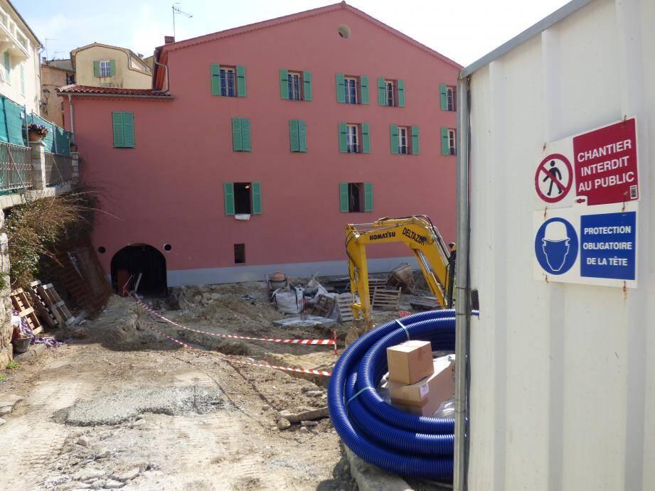 La médiathèque en cours d'aménagement avec un parking et une esplanade à la Maison rose : livraison en juillet.