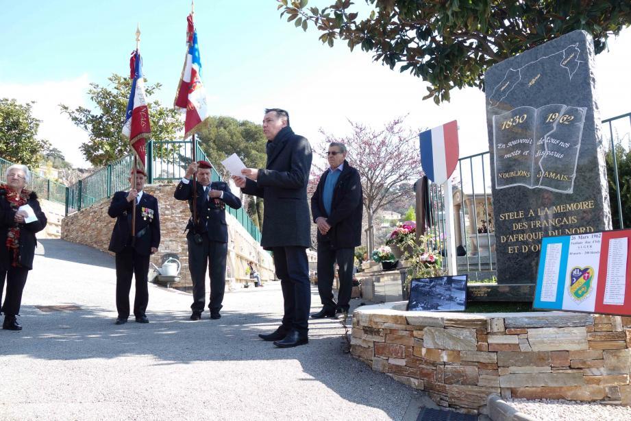 Éric Labbez, président de l'association des Pieds noirs de la cité de Potiers devant la stèle du vieux cimetière.