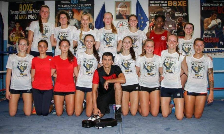 Nizar Boubaker au milieu de jeunes volleyeuses lors de son cours d'aéro concept universal à la salle Bottero au Cannet.