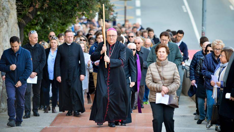 L'archevêque a mené, hier midi, le parcours du chemin de croix, de la place d'Armes à Monaco-ville.
