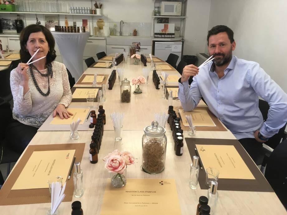 Corinne Marie-Tosello (à gauche) et Kitty Shpirer sont les deux parfumeurs qui animeront les ateliers aux côtés d'un des médiateurs du MIP, ici Gilles Burois.