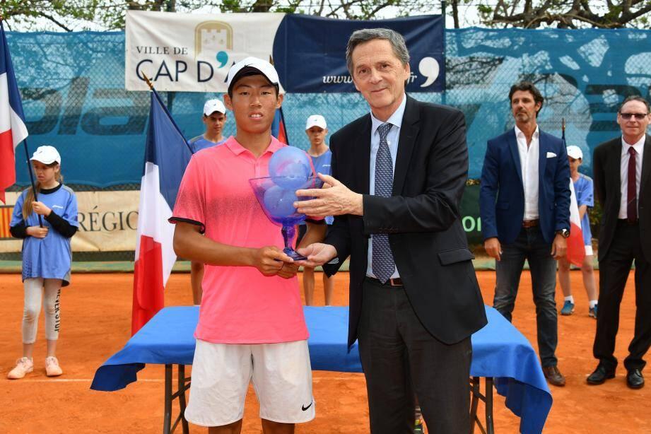 Le maire a remis l'an dernier le trophée de la 20e édition au Taiwainais Tseng Chun Hsin.(DR)