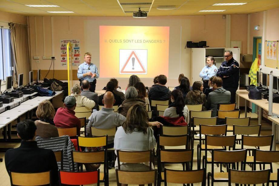 Les sièges étaient disponibles en nombre pour les parents désireux de rencontrer la section de gendarmerie spécialisée dans la sécurité des adolescents.