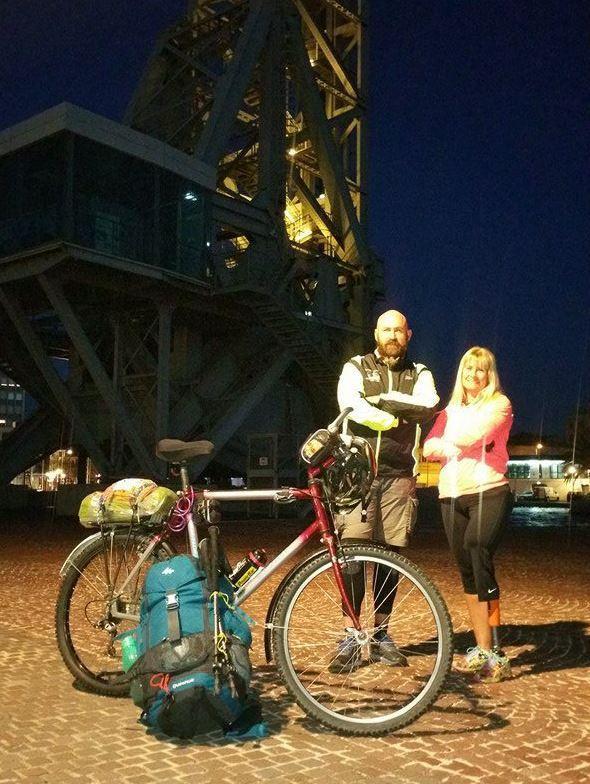 Dany Rousseau et Valérie Hirschfield, hier matin au pied du Pont levant, quelques instants avec le départ.