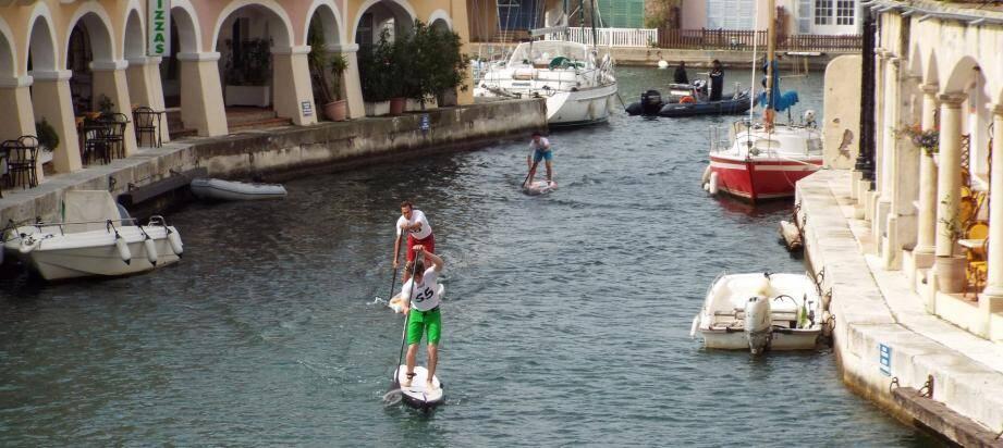 Courue dans les canaux de Port-Grimaud, la Howzit city race » programmée dimanche en fin de matinée est une épreuve de stand up paddle unique au monde.