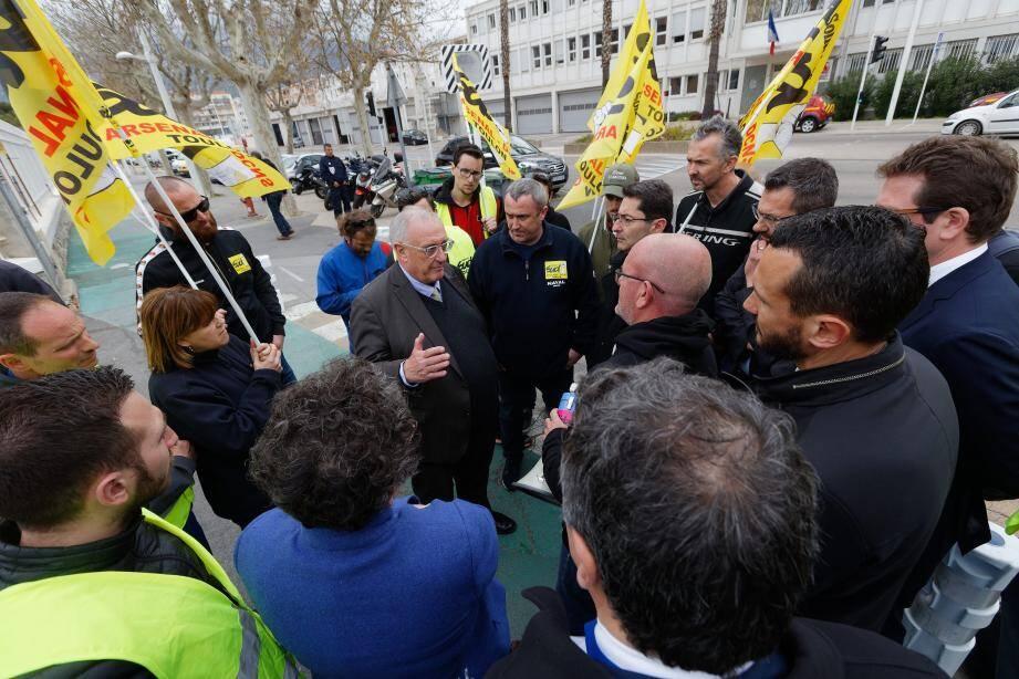 Dialogue improvisé devant le palais de la Mer entre le P.-d.g, Hervé Guillou, et des salariés de Sud arsenal.