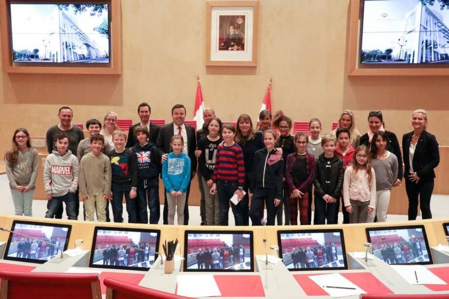 Stéphane Valeri et Marc Mourou ont reçu de jeunes élèves de l'école de Fontvieille et leur ont présenté l'hémicycle ainsi que le rôle de la Haute assemblée.